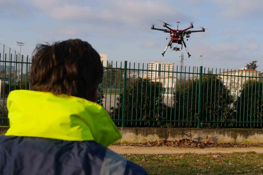 Pilote et drone en vol pour thermographie de réseaux de chaleur